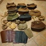 assortimento borse, scarselle, cinture e parabracci