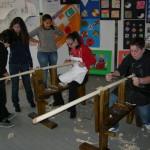 Allieve in grembiule bianco sfidano gli allievi in grembiule nero